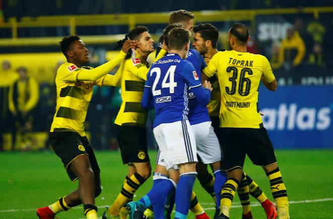 Enfrentamiento entre los jugadores del Dortmund y el Schalke en el derbi alemán.