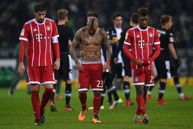 Los jugadores del Bayern se lamentan tras caer en Moenchengladbach.