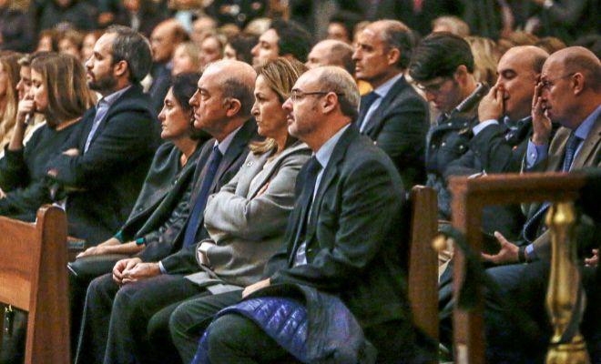 Algunos de los más estrechos colaboradores de Rita Barberá, el pasado jueves durante la misa.