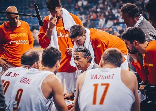 Scariolo da instrucciones durante el partido en Montenegro.