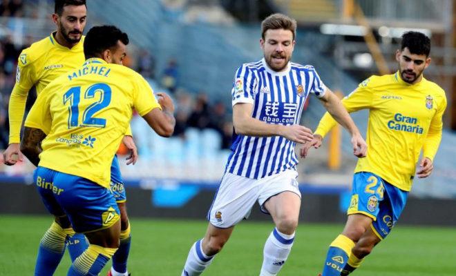 Asier Illarramendi disputa un balón con los jugadores de Las Palmas.