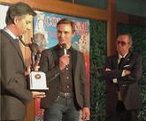 Juan Bautista, tras recibir el trofeo Yiyo de manos de Ángel Teruel.