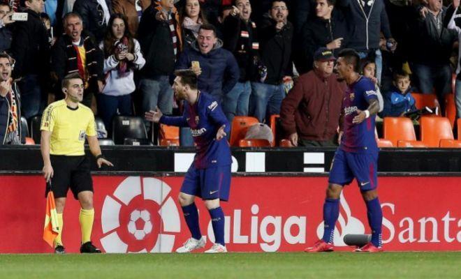 Messi protesta al juez del línea tras el gol anulado en Mestalla.
