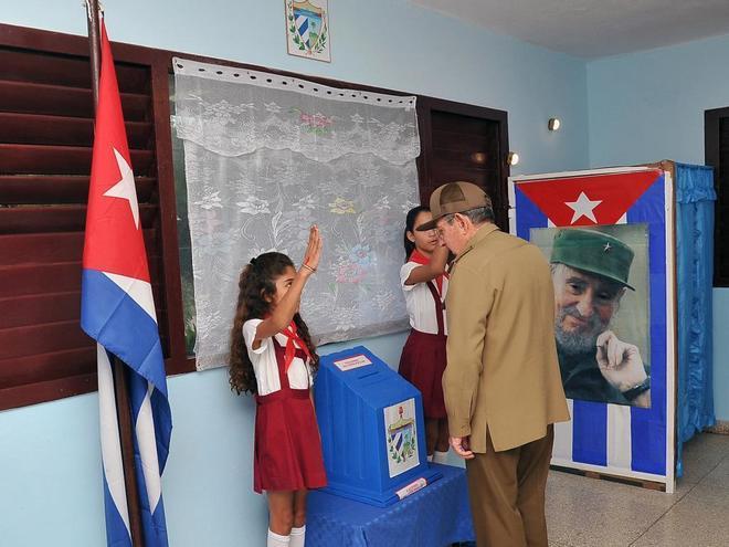 El líder cubano Raúl Castro deposita su voto en un colegio electoral de La Habana.