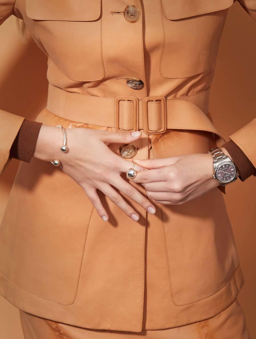 Chaqueta y falda, de Bottega Veneta. Reloj Oyster Perpetual, de...