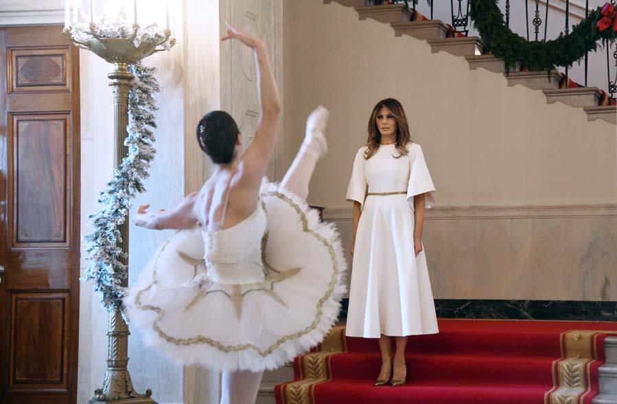 Melania trump posa con la decoraci n de navidad de la casa - La casa de la navidad ...