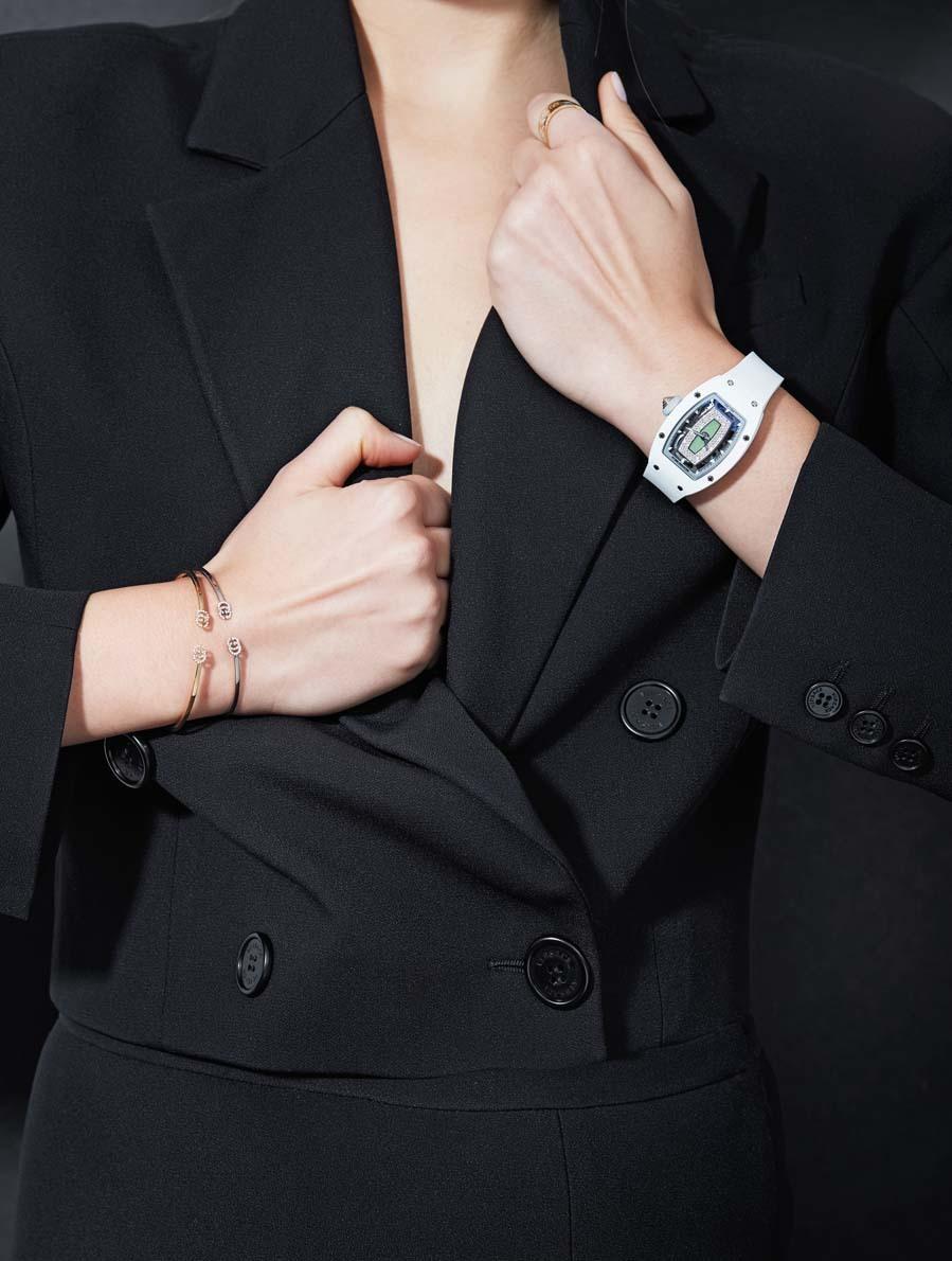 Blazer y falda, de Versace. Reloj con caja de oro blanco y esfera de...