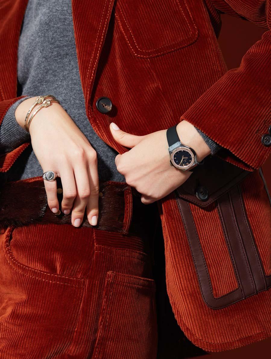Chaqueta, pantalón  y cinturón, de Prada. Reloj en titanio pulido y...