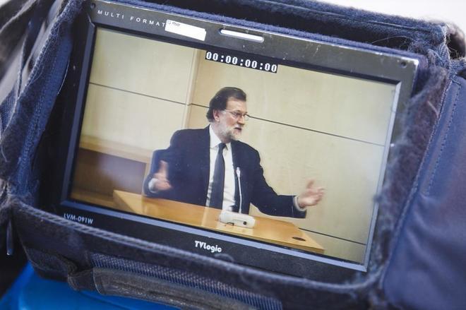 Imagen, a través de un monitor de televisión, de la comparecencia de...