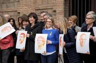 La directora de campaña de Junts per Catalunya, Elsa Artadi (c), junto a varias de sus compañeras, durante la presentación de la candidatura que encabezan el expresidente de la Generalitat, Carles Puigdemont, y el presidente de la ANC, Jordi Sánchez, actualmente en prisión.