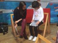 Diana prepara su examen en braille junto a su profesora.