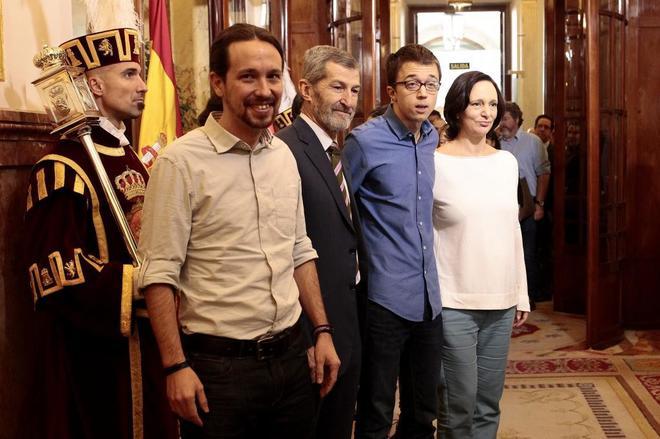 Pablo Iglesias, con José Julio Rodríguez, Íñigo Errejón y Carolina Bescansa en el Congreso el 6 de diciembre de 2015.