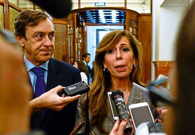 Alicia Sánchez Camacho y Rafael Hernando, ayer, en el pasillo del...