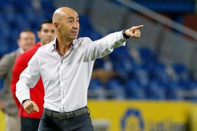 Pako Ayestarán da instrucciones durante el partido ante el Deportivo.