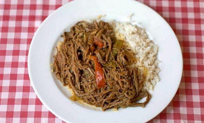 Ropa vieja de Zara: carne deshilachada acompañada de arroz y...