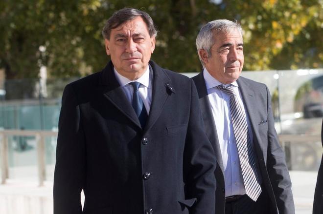 Julián Sánchez Melgar (izqda.), junto al teniente fiscal de Cataluña, Francisco Bañeres, a su llegada al funeral por el fiscal superior de Cataluña, José María Romero de Tejada.