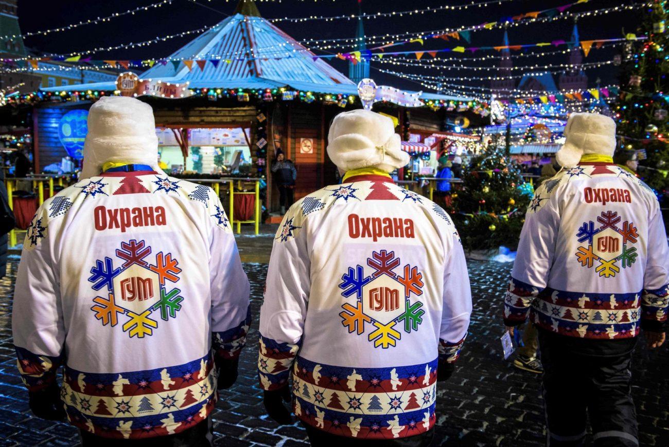 Los guardias de seguridad caminan sobre un mercado de Navidad en la...