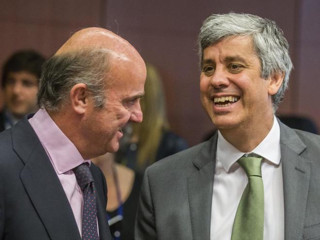 El ministro de Economía, Luis de Guindos, junto a su homólogo portugués, Mário Centeno, antes de una reunión del Eurogrupo en Bruselas.