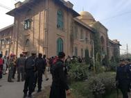 Policías y personal de emergencias en el exterior del Departamento de Agricultura de la Universidad de Peshawar.