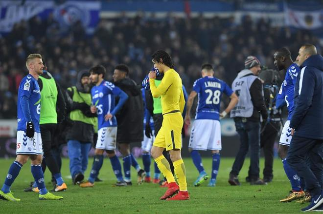 Cavani, al final del partido, tras la derrota en Estrasburgo.