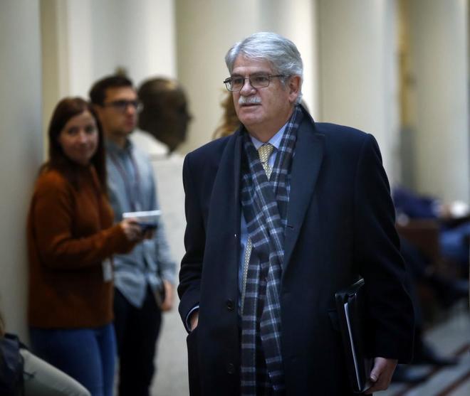 Alfonso Dastis, ministro de Exteriores, en los pasillos del Senado.