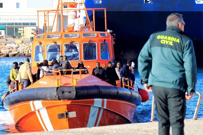 Un agente de la Guardia Civil espera en el puerto de Tarifa (Cádiz)...