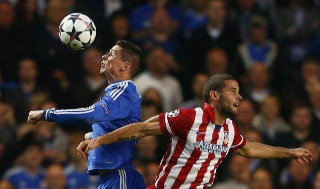 Fernando Torres y Mario Suárez, durante el partido en Londres en 2014.