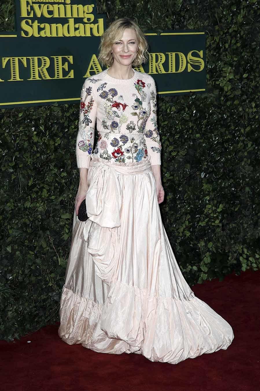 Alexander McQueen firmaba el look de la actriz. Un diseño en rosa...