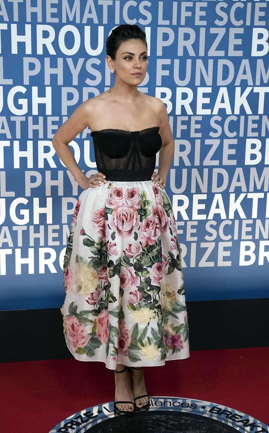La actriz lució un vestido con cuerpo palabra de honor y falda con...