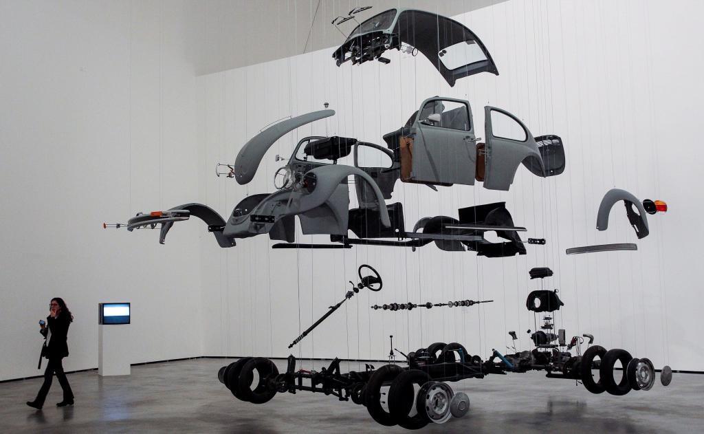 """""""Cosa cósmica"""" del mexicano Damian Ortega, una de las obras de la muestra."""
