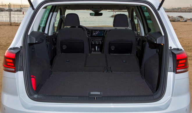Al Volante Del Volkswagen Golf Sportsvan 2018 Con Los Suv En El