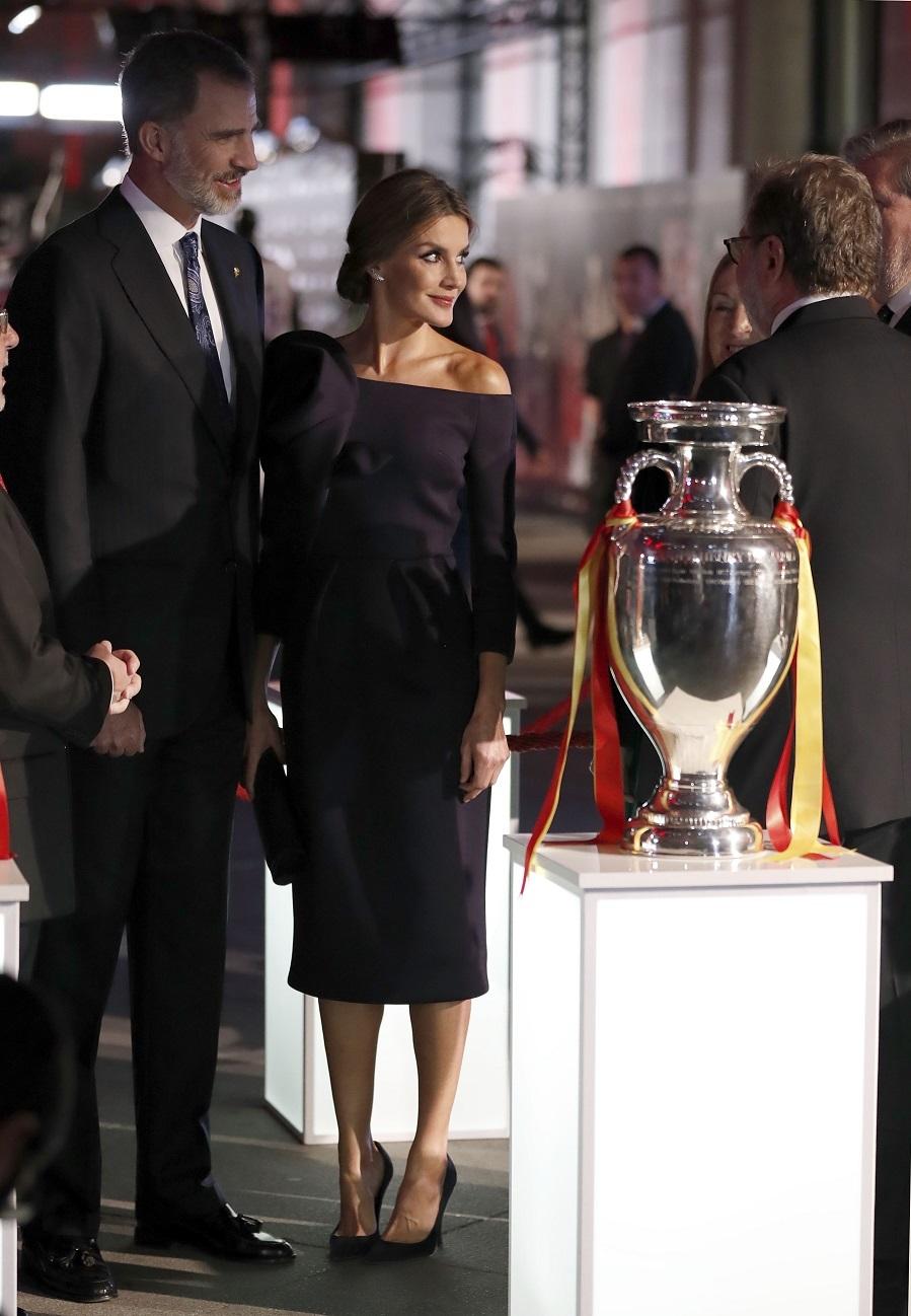 En la entrega de unos premios de deporte la Reina se enfundó en un...