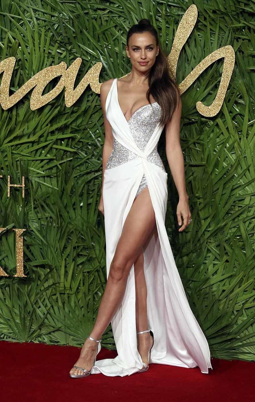 La modelo posó ante los medios con un sugerente vestido en color...
