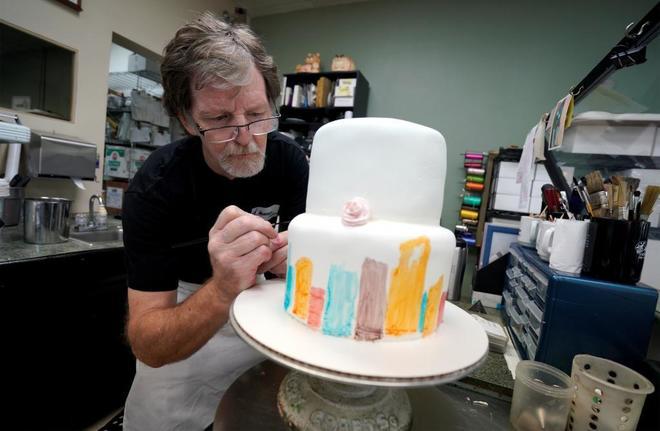 Jack Phillips decora un pastel en su tienda, Masterpiece Cakeshop, en Lakewood (EE.UU).