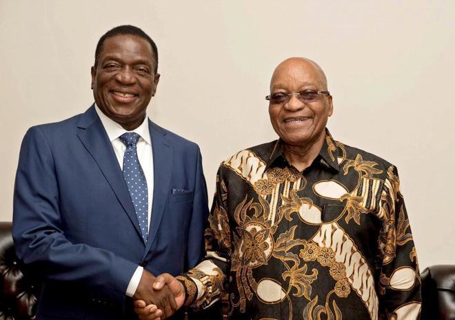 El presidente de Zimbabue, Emmerson Mnangagwa (i), saluda al presidente sudafricano, Jacob Zuma (d), el 22 de noviembre en Pretoria (Sudáfrica).