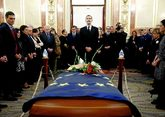 El rey Feilpe VI en la capilla ardiente del expresidente del Congreso,...