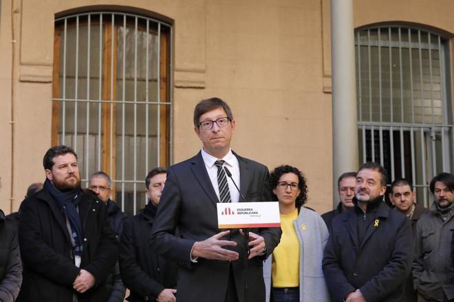 Carles Mundó junto a Marta Rovira y otros miembros de ERC en el patio...