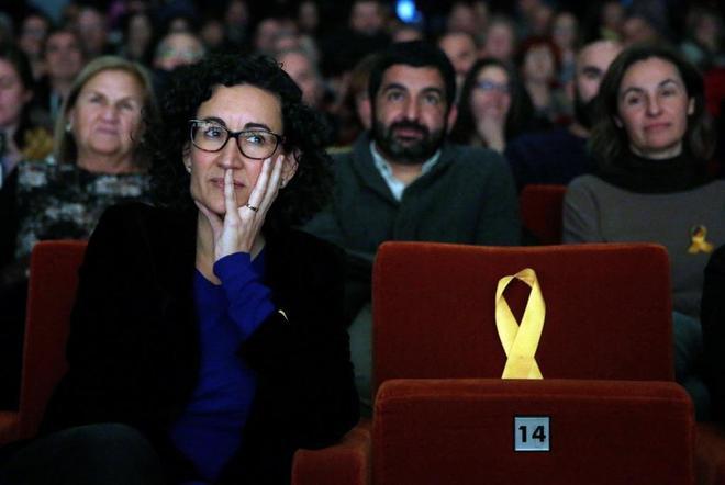 Marta Rovira (ERC) junto a un asiento vacío con un lazo en honor a...