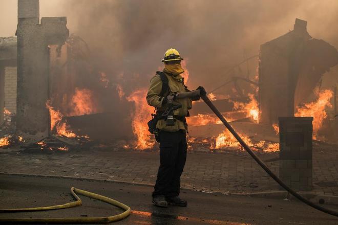 Cinco incendios activos en la zona metropolitana de Los Angeles provocan miles de evacuados