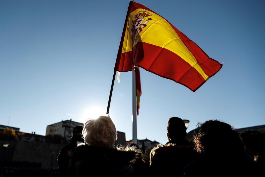 Solemne izado de la bandera nacional en la Plaza de Colón de Madrid...