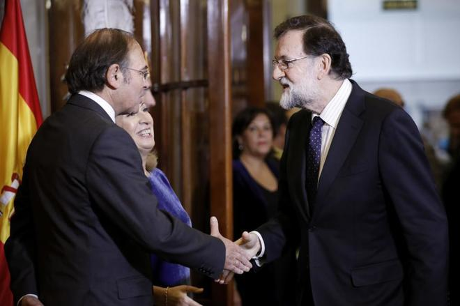 El presidente del Senado, Pío García Escudero, y la presidenta de la...
