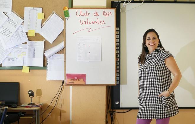 Visitación González en el aula donde imparte clase en Alicante
