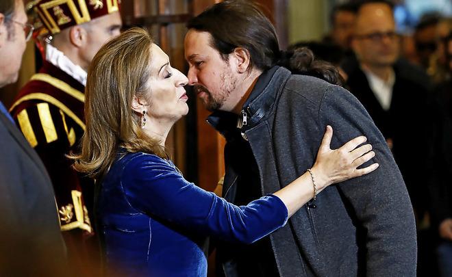 El secretario general de Podemos, Pablo Iglesias, saluda a la...