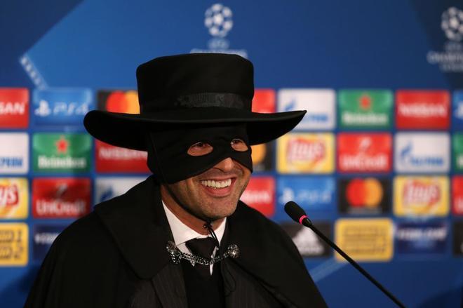 La divertida promesa del técnico del Shakhtar: se disfraza del Zorro