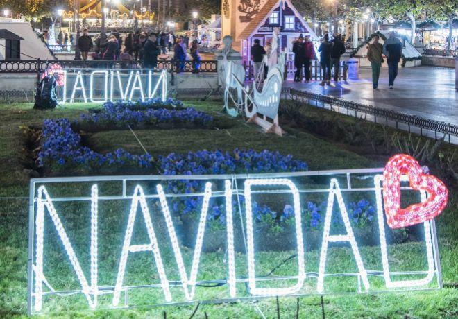 Las decoraciones navideñas llenan la Plaza de Cervantes.