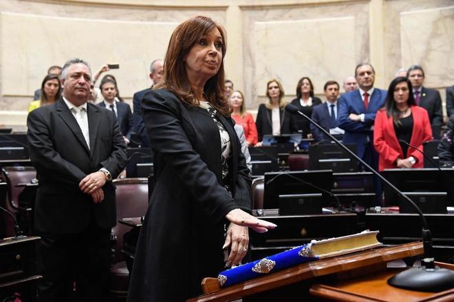 Cristina Fernández de Kirchner jura su cargo como senadora nacional.
