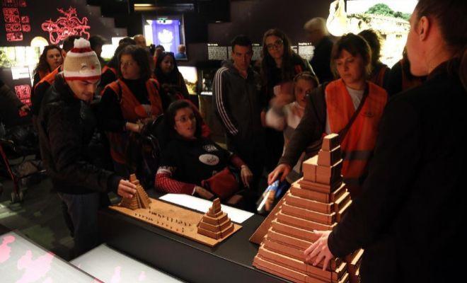 En el Museu Arqueològic d'Alacant habiliten reproduccions perquè qualsevol puga tocar-les.