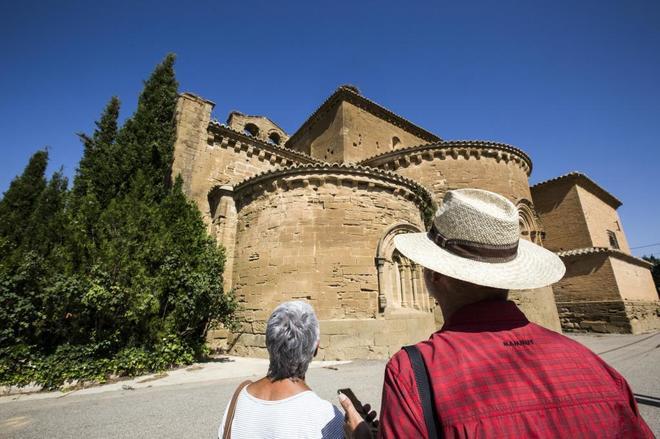 Dos turistas observan el Monasterio de Sijena