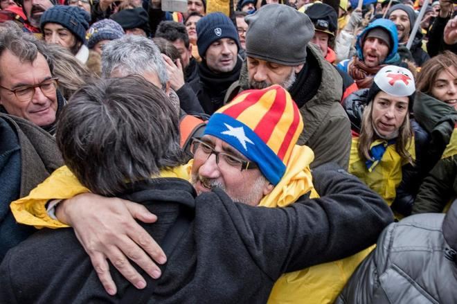 Un manifestante abraza al 'president' cesado Carles Puigdemont en la...