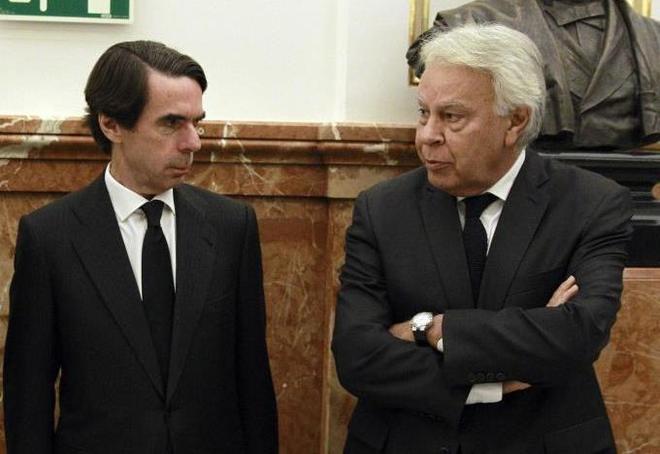 Los ex presidentes José María Aznar y Felipe González en el...